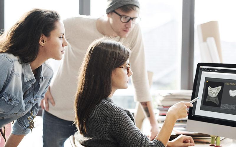 Acum cu trei laptopuri și cinci creiere poți să faci o corporație, pentru că dezvoltarea se va face pe creativitate